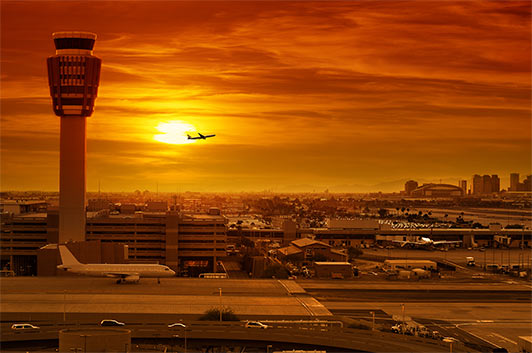 Flughafen mit Tower zur Flugverfolgung